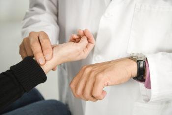 Что значит высокий пульс при нормальном давлении, что принимать, как уменьшить и чем сбить учащенное сердцебиение?